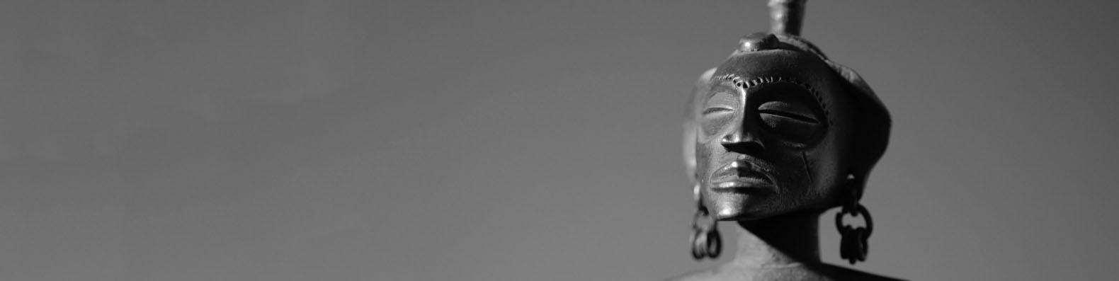 Photographie d'une statue féminine Tchokwe d'Agola par Frédéric Dawance